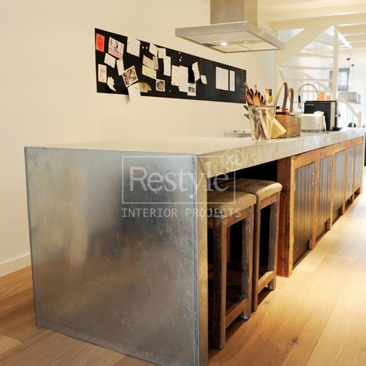 Keuken : aanrechtblad in zink. . foto geplaatst door di  op welke.nl