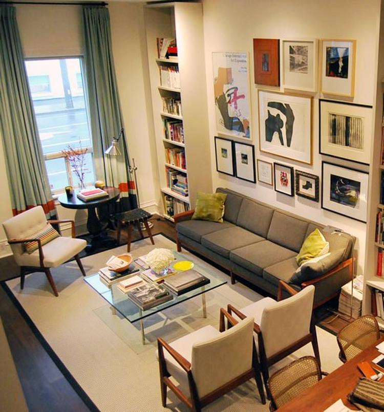 Hoge woonkamer met zachte kleuren. Niet direct het kleurenschema dat ...