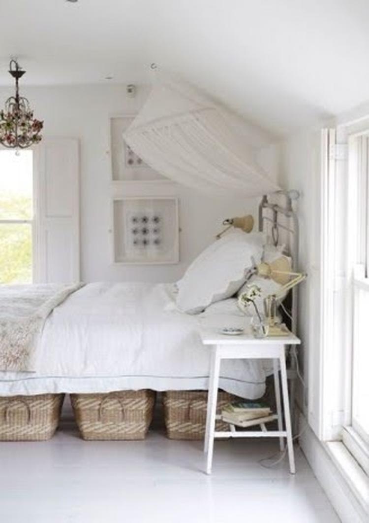 Leuke idee om je spullen in je slaapkamer op te ruimen. I love the ...