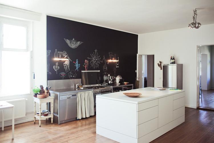 Strak wit keukeneiland met veel bergruimte. . foto geplaatst door
