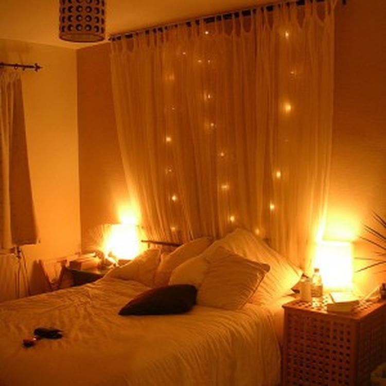 sfeervolle slaapkamer door gordijn met lichtjes foto geplaatst