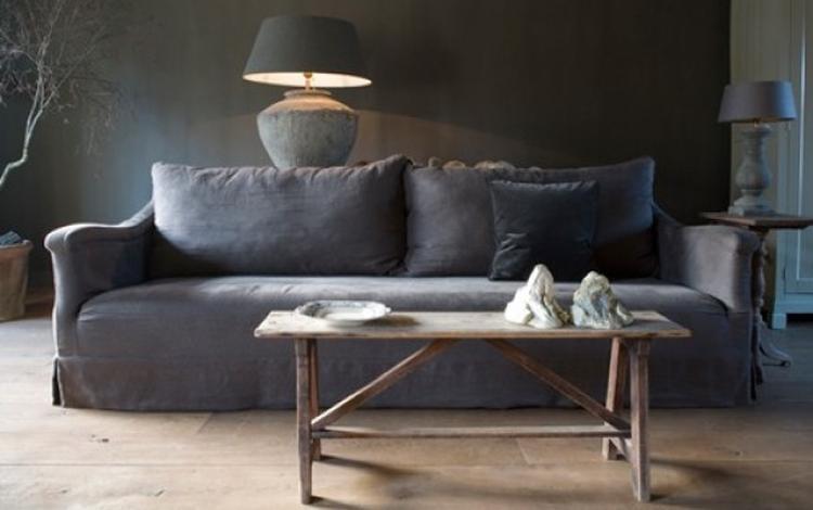 Sober chique woonkamer met grijze/bruine natuurtinten en sidetable ...