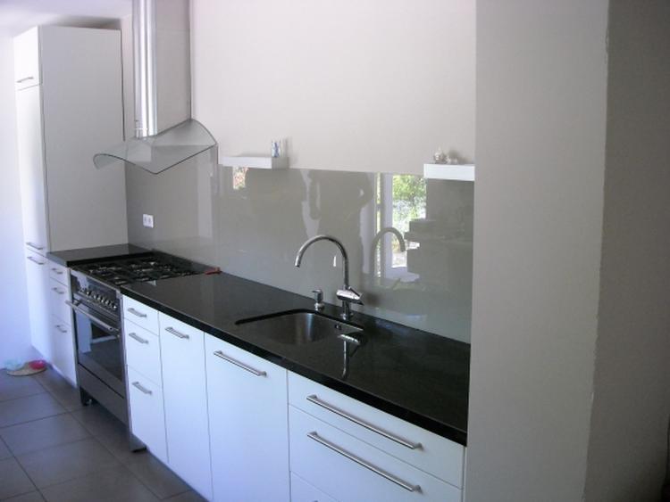 Achterwand in keuken van gelakt grijs glas. . foto geplaatst door ...