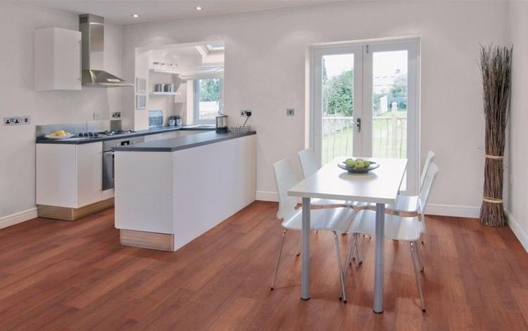 Licht jatoba houten vloer in de keuken en in de woonkamer . foto