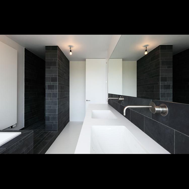 Tom Lierman architect - douche leisteen, hoge deuren, witte vloer ...