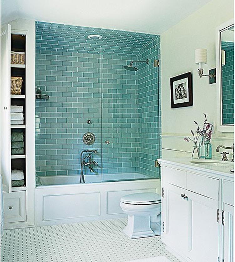 Badkamer emt gekleurde tegels boven het bad. . Foto geplaatst door ...