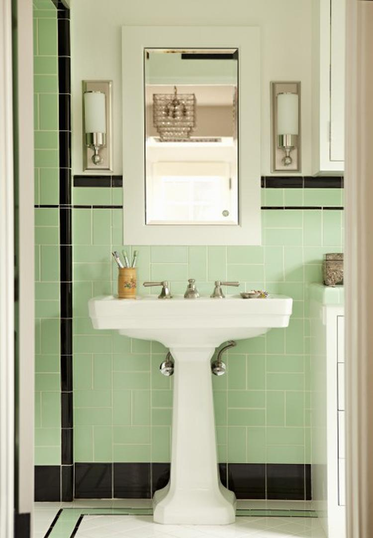 Klassieke badkamer in mintgroen met zwart en wit. . Foto geplaatst ...