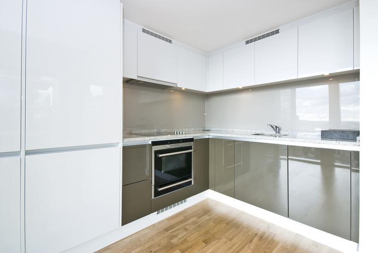 Moderne L Keuken : L vormige moderne keuken. moderne l vormige keuken met glazen