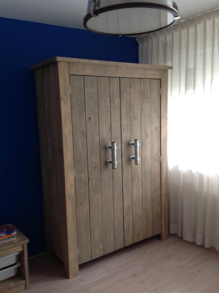 Steigerhout Kast Met Steigerbuis Grepen Foto Geplaatst Door
