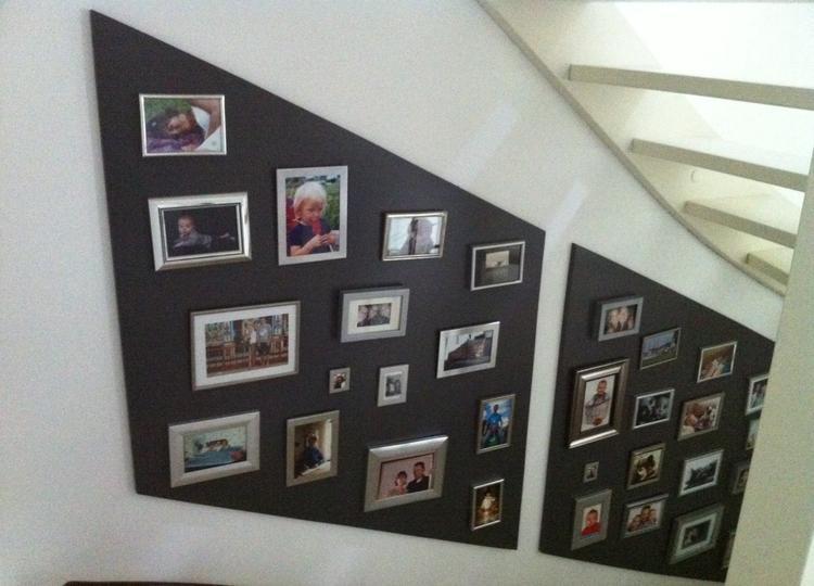Vaak Saai trapgat opvullen met verschillende fotolijstjes op een bord  &PC67