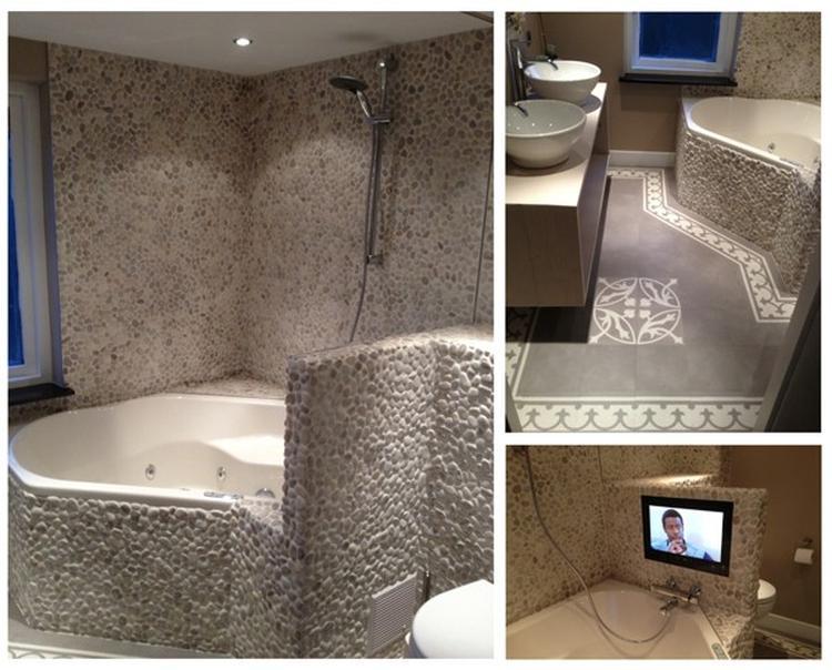 prachtige badkamer gedaan met riverstone pebble lichtgrijs ...