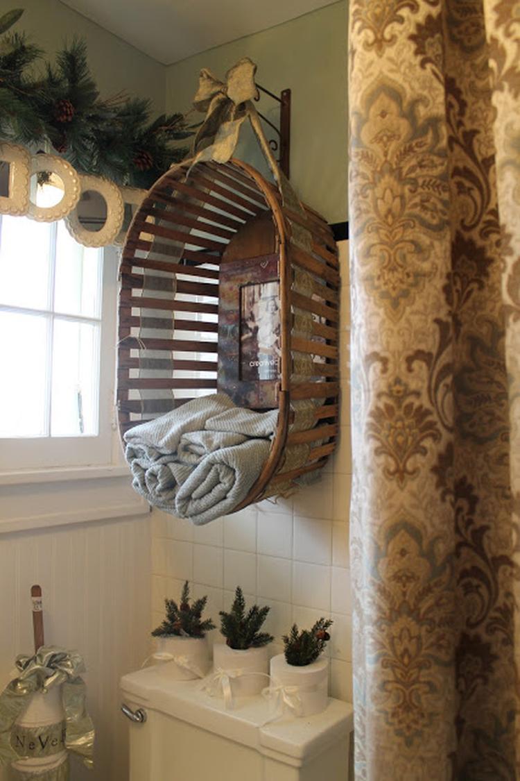 Een houten bak/wasmand ophangen in bijv.de badkamer voor bijv ...