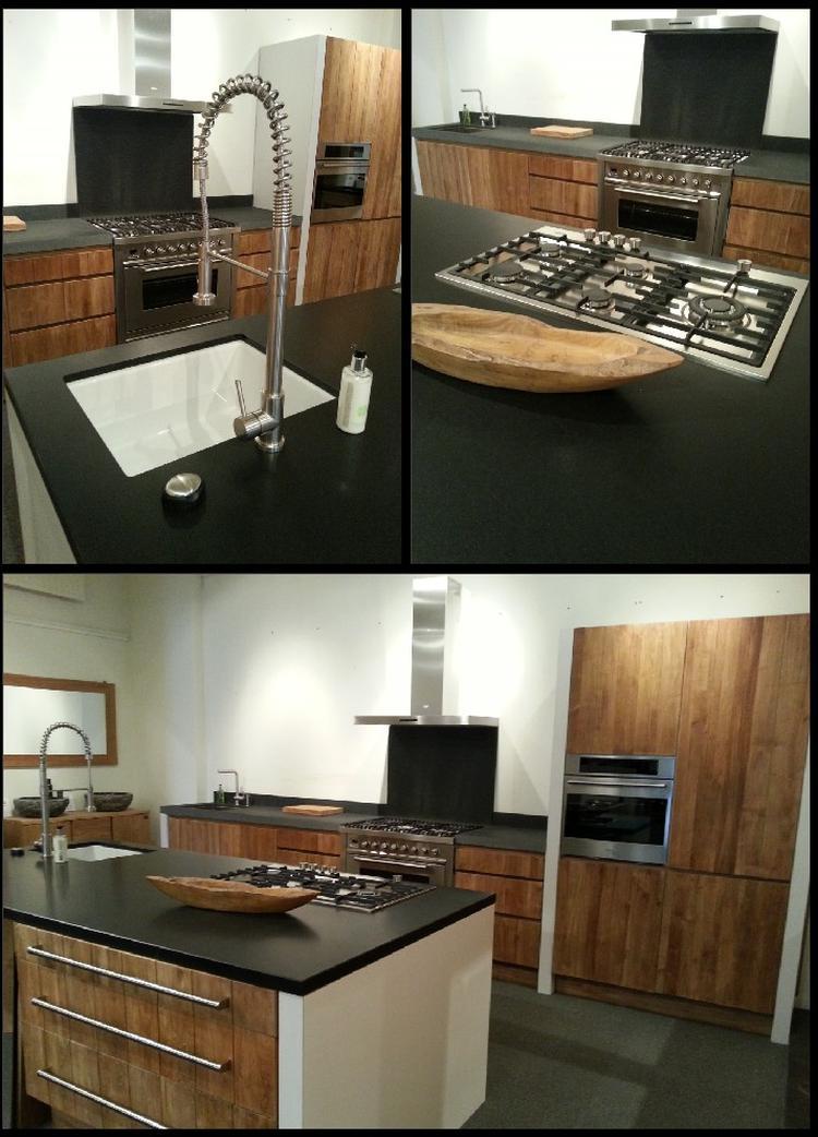 Teakhouten keuken met granieten werblad, rvs apparatauur en kranen ...