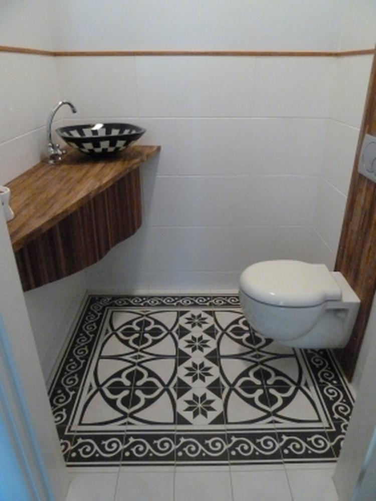https://cdn1.welke.nl/cache/crop/750/auto/photo/83/42/9/Marokkaanse-tegels-mooi-in-kleine-ruimte-als-de-wc.1379012116-van-bolletjeom_kyAHsrE.jpeg