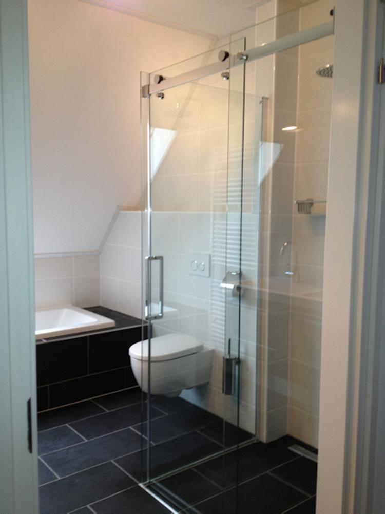 kleine badkamer met douche en bad. Foto geplaatst door nllgrsc op ...