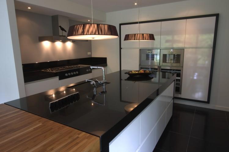 Mooie keuken, stoere lampen. . foto geplaatst door naatje op welke.nl