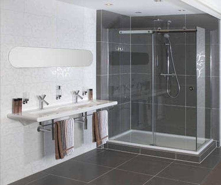 Grijze en witte tegels. De witte tegels in deze badkamer zijn ...
