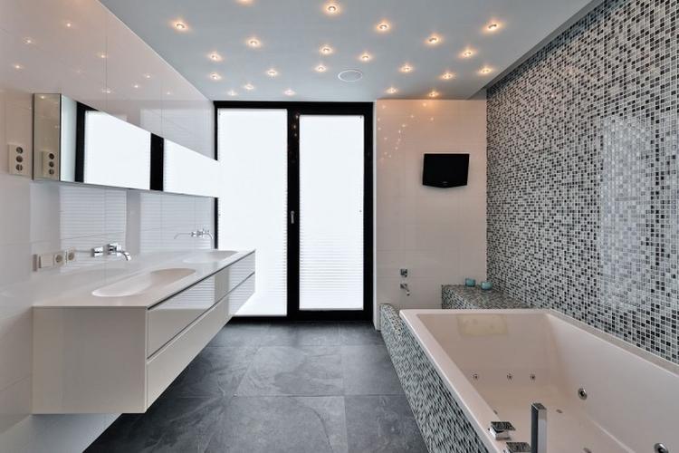 mooie badkamer met mozaiek tegels en sterren verlichting in plafond ...