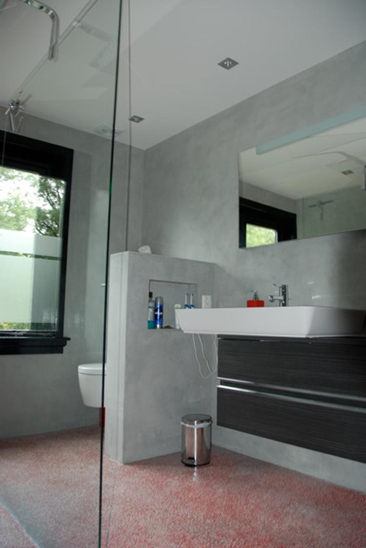 Beton ciré badkamer. Betonlook badkamer. De muren zijn afgewerkt met ...