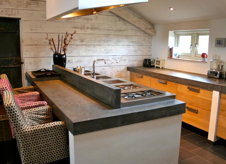 Eikenn houten keuken eiland met betonnen blad. eiken keuken met