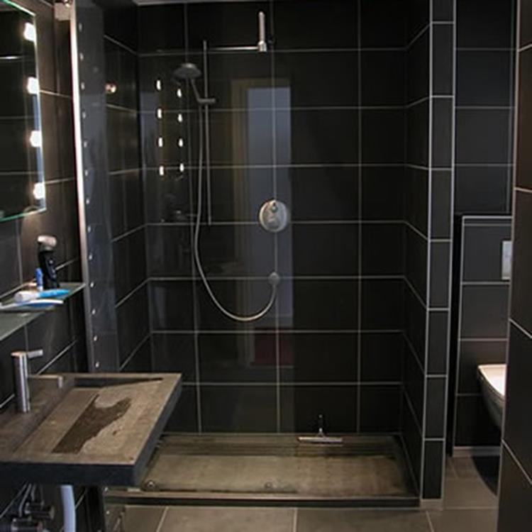 Donkere grijze badkamer.. Foto geplaatst door DAB op Welke.nl
