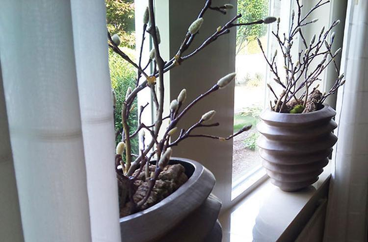 Vensterbank decoratie met kunst Magnolia takken (in knop) op een ...