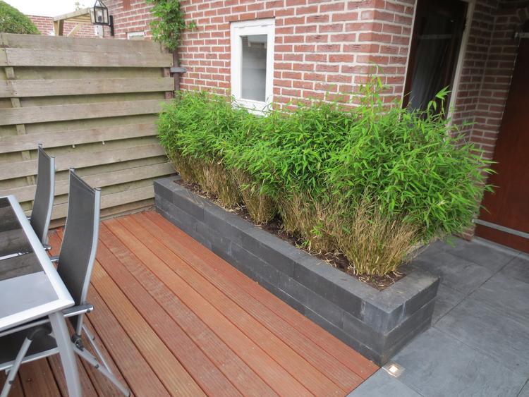 Houten Scheidingswand Tuin : Kleine tuin met bestrating en hardhouten vlonder naar ontwerp van