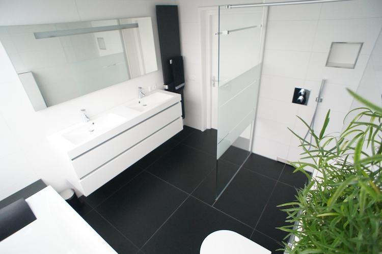 Zwart witte badkamer. Foto geplaatst door gdv op Welke.nl