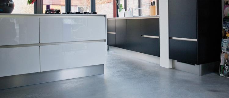 Mooie hoogglans witte keuken op grijze woonbetonvloer via ...