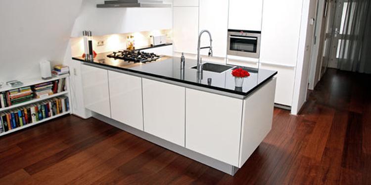 Ook In Een Kleine Ruimte Kan Je Prima Keuken Plaatsen Appartement Hilversum Staat Zelfs Met Kookeiland Deze Compacte Van