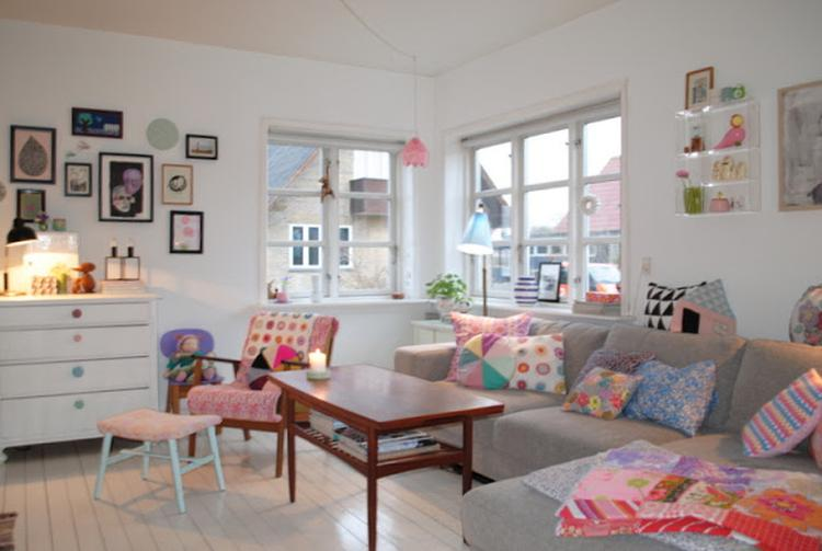 Lekkere kleurtjes in de woonkamer, grote bank met kussens. Foto ...