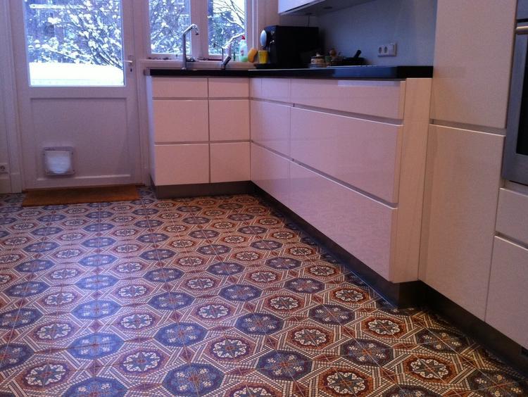 Oude vloertegels uit de collectie floorz toegepast in een keuken