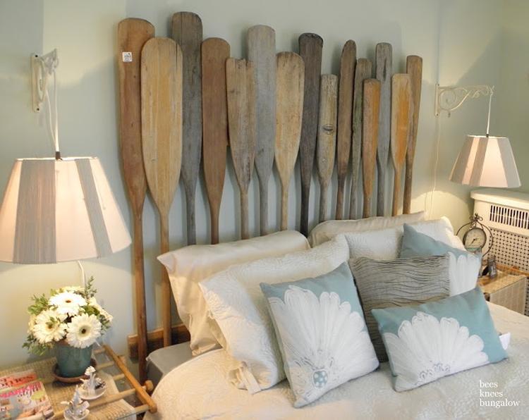 Houten peddels als hoofdbord bij een bed. foto geplaatst door