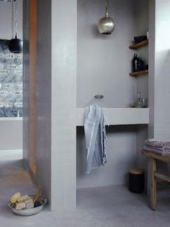 volledig in stuc uitgevoerde badkamer