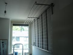 https://cdn3.welke.nl/cache/resize/242/auto/photo/12/24/89/Veel-kleding-ophangen-in-een-kleine-ruimte-In-deze-walk-in-closeth.1390263447-van-dirtymoneyholland.jpeg