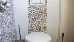 Mooi zwevend toilet voorzien van kiezelstrook in natuurtinten
