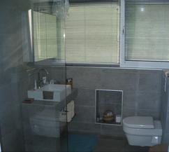 https://cdn2.welke.nl/cache/resize/242/auto/photo/14/48/6/moderne-badkamer-met-leisteen-grijze-tegels-voor-zowel-de-wanden-als.1343750263-van-vossie.jpeg