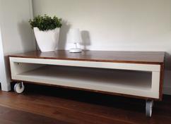 Meubels Op Wieltjes : Tv meubel alcali op wieltjes metaal wit antraciet of rood