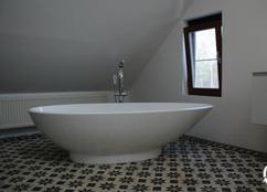 Badkamer met combinatie van zwart wit en hout interieur inrichting