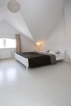 https://cdn3.welke.nl/cache/resize/242/auto/photo/18/64/19/Gaaf-zo-n-witte-houten-vloer-voor-in-je-slaapkamer-Van-Beukers-Vloeren.1404908541-van-BiboRos1965.jpeg