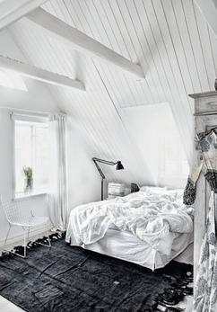 hele witte slaapkamer met zwart