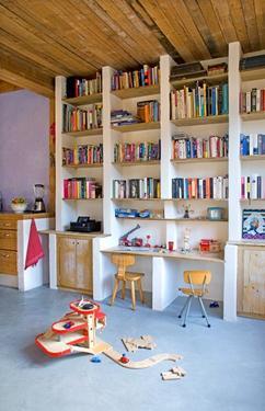 een ruime en hoge boekenkast