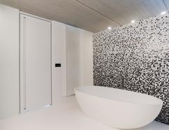 https://cdn2.welke.nl/cache/resize/242/auto/photo/23/91/38/Moderne-design-binnendeur-in-een-strakke-badkamer-met-mozaiek-en-een.1414659532-van-koen_dr.jpeg