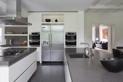 Greeploze Witte Keuken : Zacht blauwe keukenglas achterwand in een greeploze witte keuken