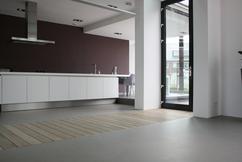 Een gietvloer in combinatie met een houten vloer coatingvloer
