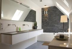 Badkamer Hout Natuursteen : Born stoere badkamer met rvs hout en natuursteen