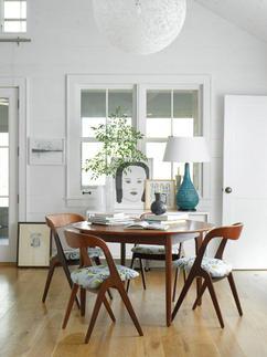 moderne eetkamer met houten