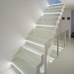 wit stalen trap met glazen treden