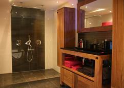 Badkamermeubel van steigerhout op pootjes mooie grote wasbak van