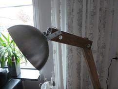Industriële staande lamp interieur inrichting binnen woonkamer